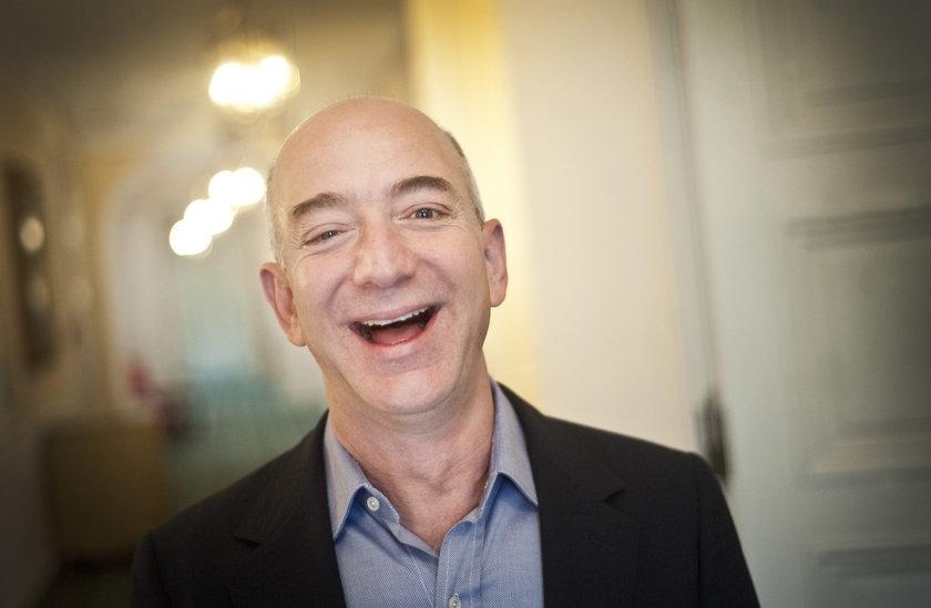 """Jeff Bezos, założyciel Amazona. Jego majątek został wyceniony przez magazyn """"Business Insider"""" w styczniu 2021 roku na 192 miliardy dolarów, co daje mu tytuł najbogatszego mieszkańca Ziemi."""
