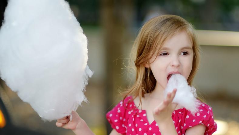 Dziewczynka je watę cukrową
