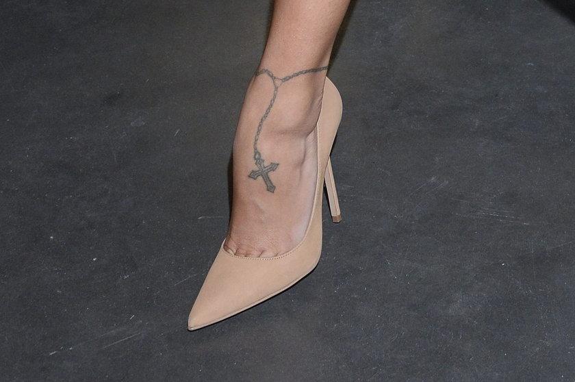 Tatuaż na stopie Moniki Pietrasińskiej