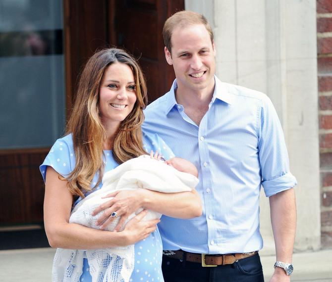 Sa Džoržem i Vilijamom ispred porodilišta
