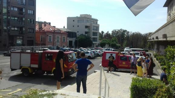 Na terenu je pet vatrogasnih vozila sa 18 vatrogasaca