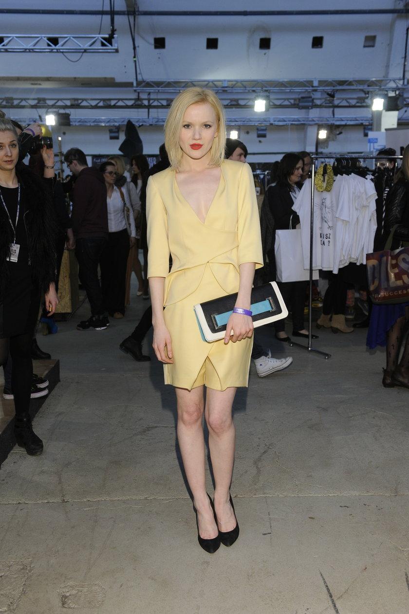 Joanna Majstrak w żółtej sukience