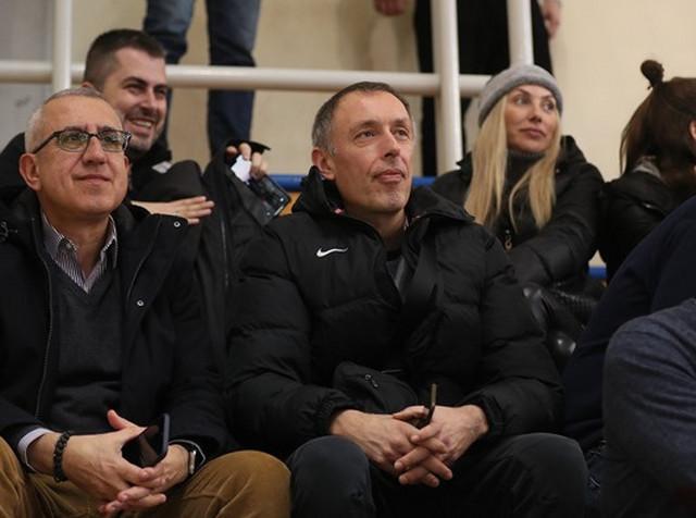 Trener seniorskog tima Crvene zvezde Milan Tomić gleda meč juniora