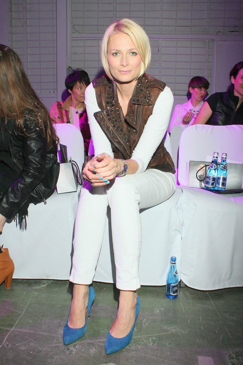 Odeta Moro Figurska w białych spodniach