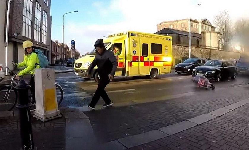 Porywisty wiatr zepchnął wózek z dzieckiem wprost pod nadjeżdżający samochód.