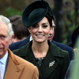 Księżna Kate z brytyjską rodziną królewską wracają z mszy