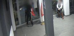 Wszedł do komendy i zabrał flagi. Zobacz film