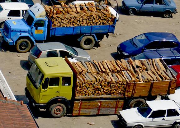 Spremni kamioni sa drvima
