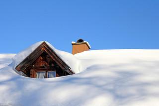 Kto ma obowiązek odśnieżania dachów? MSWiA przypomina przepisy