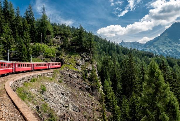 Słynny Glacier Express łączy St.Moritz i Zermatt w szwajcarskich Alpach. Na swojej trasie mija liczne zabytki światowego dziedzictwa.