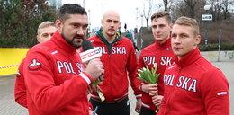 Rugbyści obdarowali kobiety kwiatami i biletami na mecz