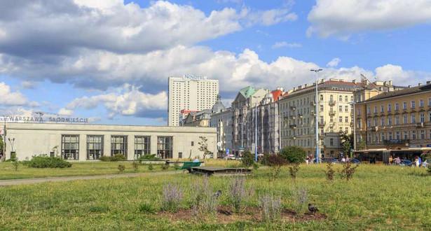 Z kolei Marek Jakubiak (Kukiz'15) przekonywał, że pieniądze, które powinny być przekazane na reprywatyzację osób poszkodowanych dekretem Bieruta, zostały wydane na odbudowę stolicy.