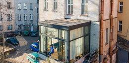 Niebywałe! Wrocławianin zbudował super mieszkanie na zewnątrz kamienicy. Powstało na podwórku i nikt się nie przyczepi!
