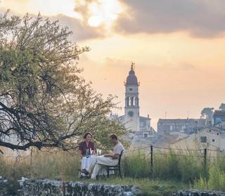 """W rajskim ogródku. Losy słynnej pisarskiej rodziny w nowej biografii """"Durrellowie z Korfu"""""""