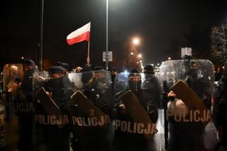Szef MSWiA na sejmowej komisji: Pandemia jest powodem działań policji na protestach, nie poglądy