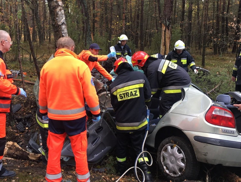 Wypadek we Włoszczowie. Z auta została miazga, w środku znaleziono kobietę