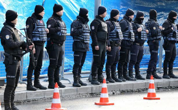 Według stacji telewizyjnych Haberturk i CNN Turk część pocisków wystrzelonych z jadącego samochodu utkwiła w budce strażniczej przed ambasadą. AP podaje, że trafiono również okno placówki.