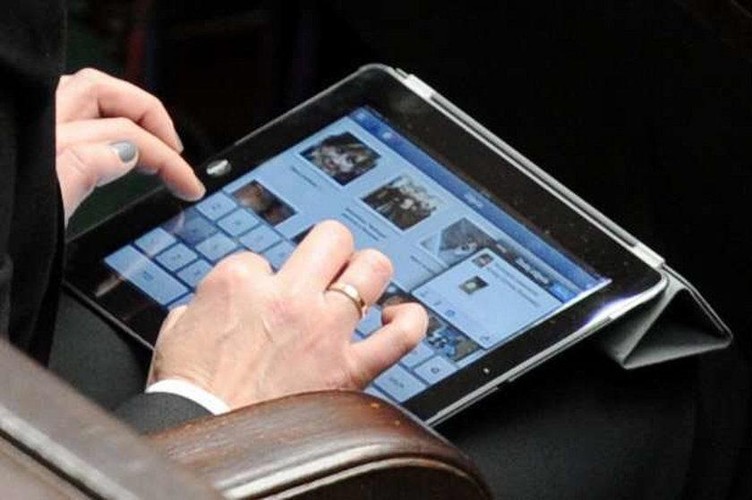 Posłanka z iPadem na facebooku