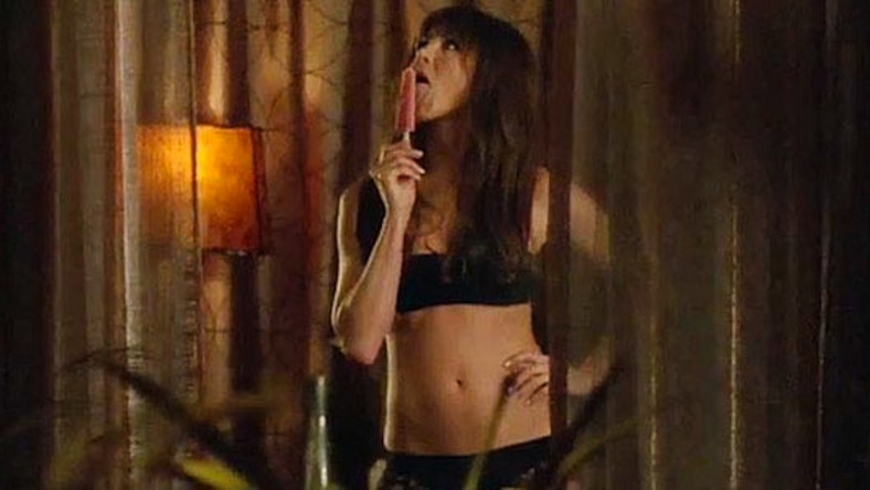 W przeboju roku 2011 Jennifer Aniston wcieliła się w seksowną dentystkę, która molestuje seksualnie podwładnego, ma przy tym bardzo nietradycyjną definicję gwałtu… Zagrała nimfomankę i wyłamała sięze swego aktorskiego emploi. Bohaterka niezliczonych i przesłodzonych komedii romantycznych pokazała wreszcie pazur (i inne fragmenty ciała też), nie ograniczając się tylko do werbalnych sprośności