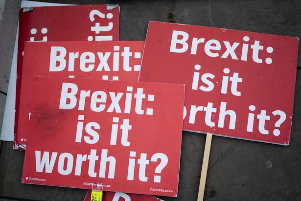 Izba Gmin zagłosowała we wtorek wieczorem przeciwko proponowanemu przez rząd Theresy May projektowi umowy wyjścia Wielkiej Brytanii z Unii Europejskiej.