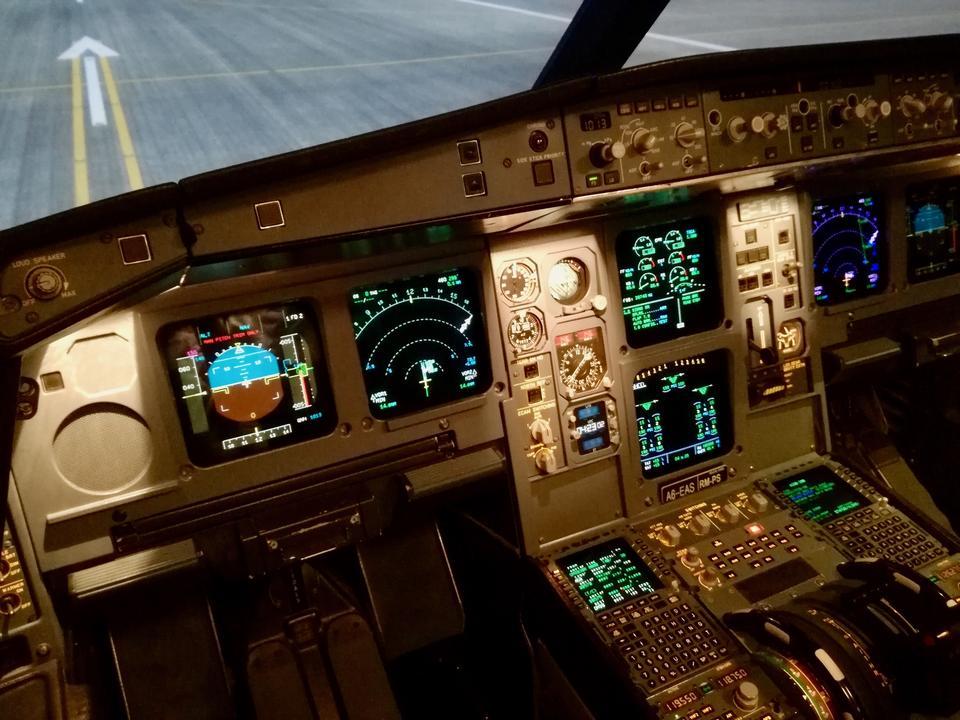 W nowszych samolotach instalowany jest tzw. glass cockpit. Oznacza to, że zamiast fizycznych przyrządów, w większości mają one charakter cyfrowy, wyświetlany na ekranach LCD, które można konfigurować.