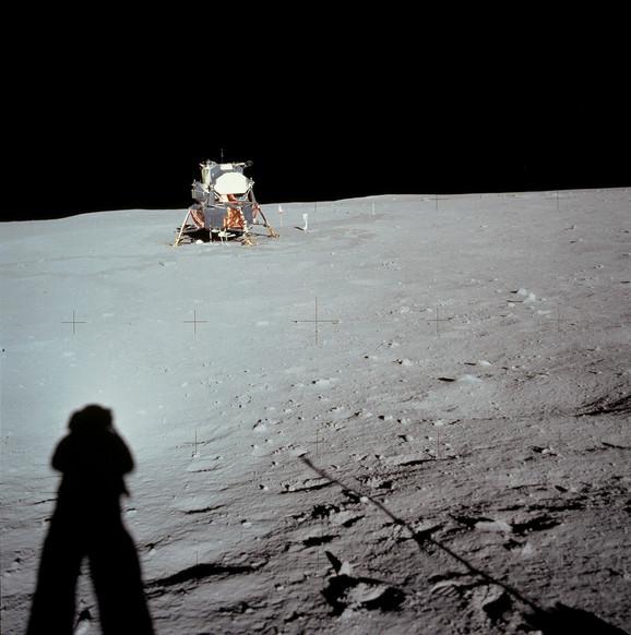 Armstrong fotografiše lunarni modul - činjenica da nema kratera ispod njega našla je svoje mesto u teorijama zavere