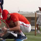 Sve majke sveta imaju samo jedan komentar na ovaj prizor: Aaaah, PREDIVNO! Novak Đoković pokazao šta vredi više od trofeja, predivna slika obilazi svet /VIDEO/