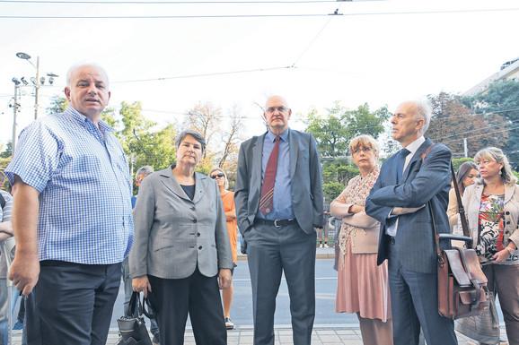 Rektorka Ivanka Popović (druga sleva) i ostali zaposleni nisu mogli da uđu u Rektorat