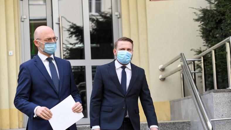 Wiceminister klimatu i środowiska Jacek Ozdoba (P) i minister klimatu Michał Kurtyka (L)