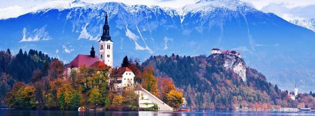 Słowenia – to malutkie państwo, otoczone jest takimi gigantami turystycznymi jak: Włochy, Austria i Chorwacja. Turyści często zapominają o pobliskiej Słowenii. A to duży błąd- bowiem to właśnie ona jest najtańszą alternatywą dla wszystkich miłośników podróży. A sama Słowenia oferuje bogactwo różnych form wypoczynku: można jeździć na nartach, można leżeć plackiem na plaży, można uprawiać spływy kajakowe. W Słowenii naprawdę można tanio zjeść i przenocować.