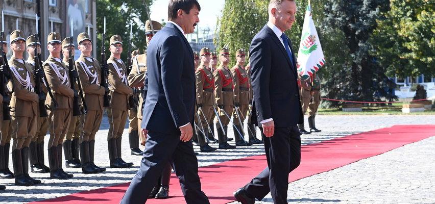 Andrzej Duda znowu zagubiony na czerwonym dywanie. Tym razem na Węgrzech
