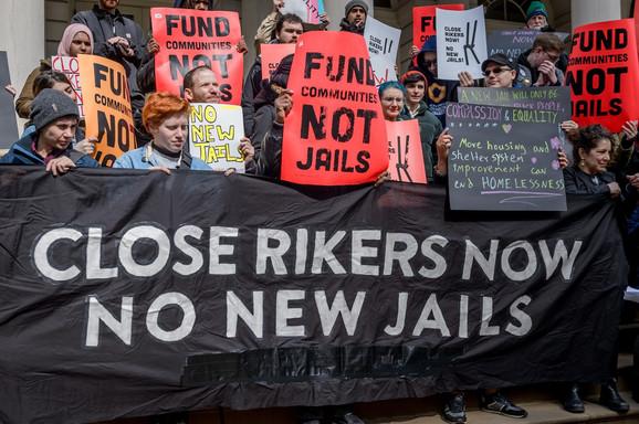 Protest na stepenicama Gradske većnice u Njujorku 13. marta 2019. Aktivisti su demonstrirali protiv planova gradonačelnika da sagradi još četiri nova objekta na ostrvu