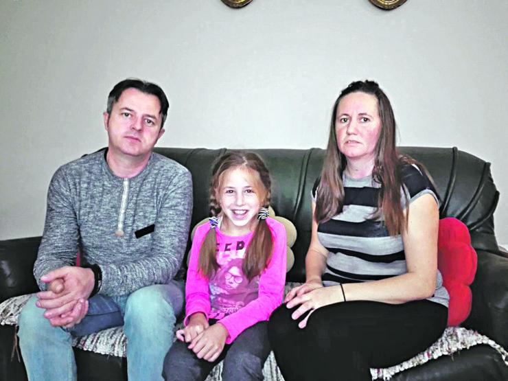 Milica Jevtić bez licnog pratioca Milica sa roditeljima