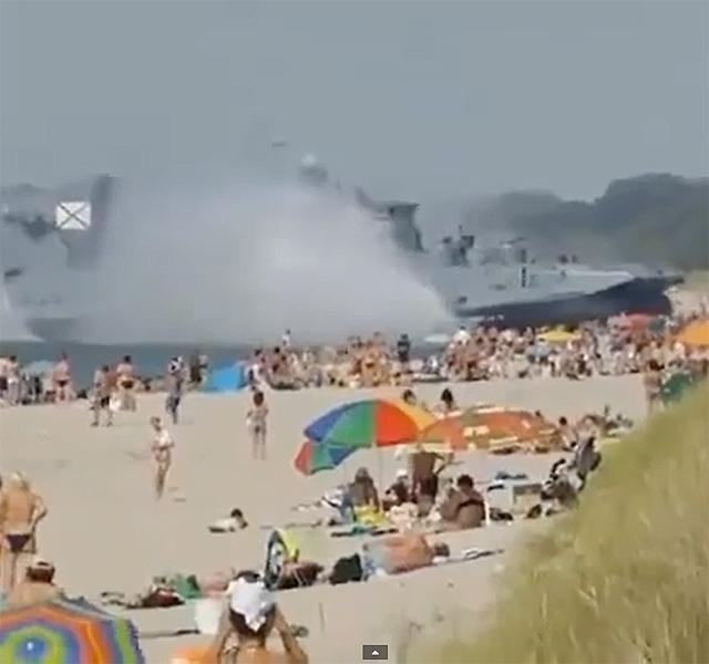 Pufók srác a tengerparton Videó