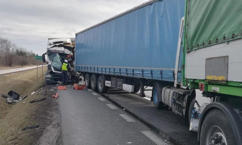 Tragiczny wypadek w Mszczonowie. Zderzyły się tiry. Zginął kierowca