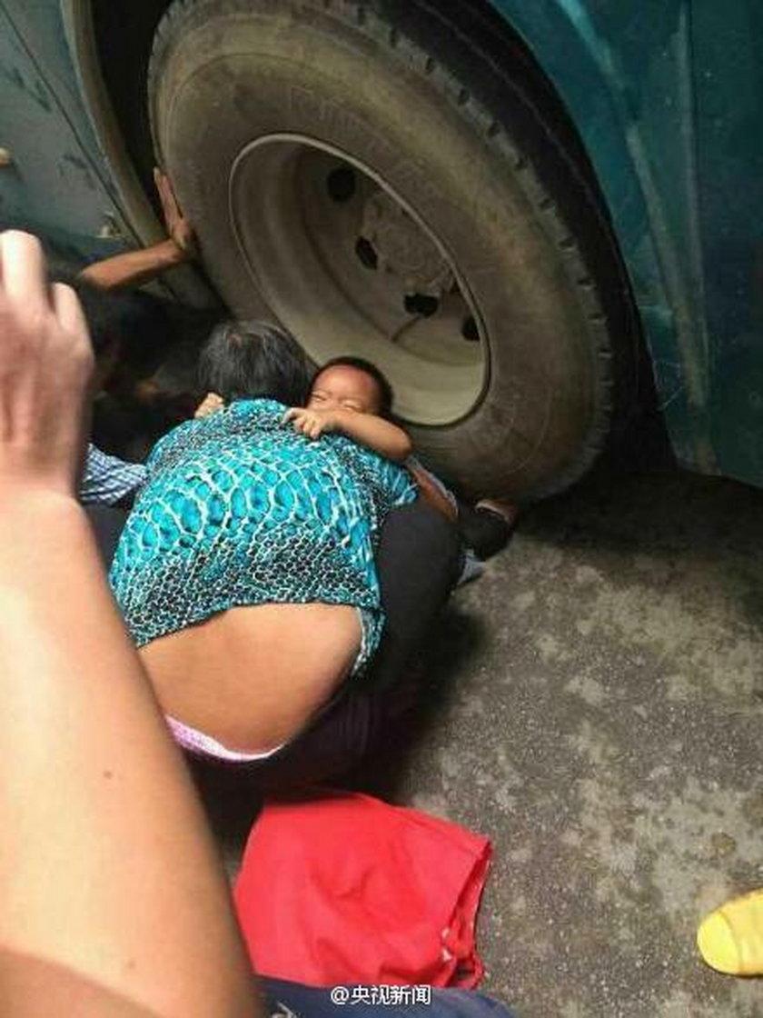 Tłum przechodniów ratował dziewczynkę spod kół autobusu