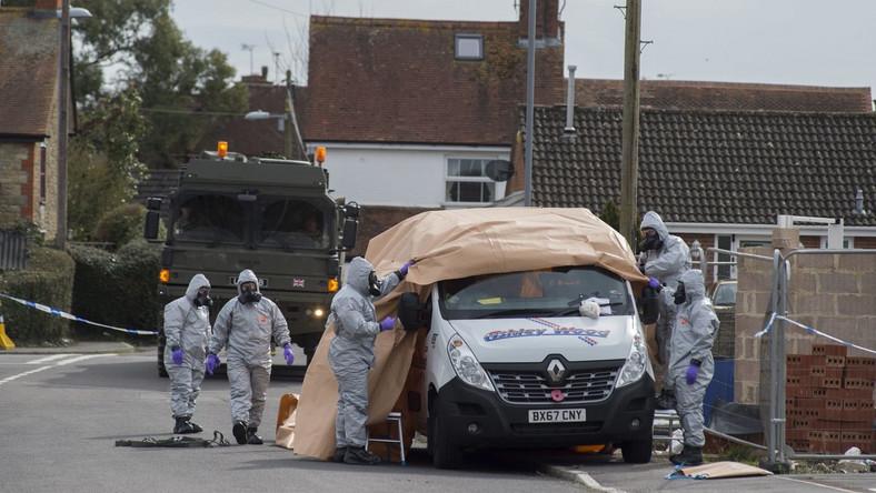Sapcjalne służby zabeizpieczają potencjalnie skażony samochód