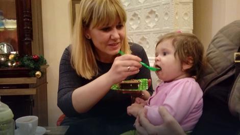 Jednogodišnja Emilija uživala u torti kraljice Natalije