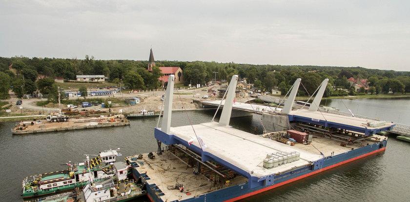 Montują przęsła mostu w Sobieszewie