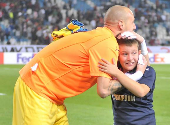 Milan Borjan i mališan koji mu je potrčao u susret posle nastupa Zvezde u Ligi šampiona