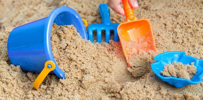 Dzieci bawiły się w piasku, kiedy natknęły się na...
