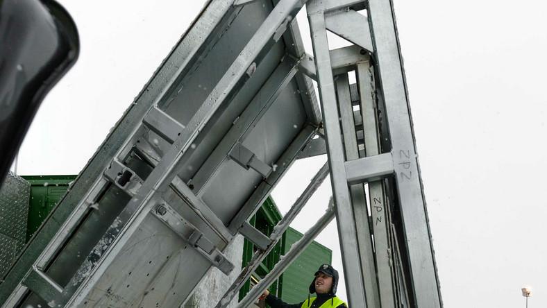 Najnowszy nabytek, który dopiero co zaczął działać na drogach Dolnego Śląska jest w pełni automatyczny - kontener o długości ok. 6 m (szerokość i wysokość - po 2,5 m) w kilka minut zmienia się w pełnowartościową ścieżkę diagnostyczną z rolkami do jednoczesnego obustronnego badania hamulców, szarpaka hydraulicznego do kontroli luzów w układzie zawieszenia, analizatora spalin do silników benzynowych oraz dymomierza do silników diesla, testera płynu hamulcowego, analizatora paliwa, wagi, urządzenia do badania trzeźwości kierowcy. W wyposażeniu znajduje się także tester dokumentów, którym możemy sprawdzić, czy dokumentacja nie została sfałszowana. Z kolei miernik przepuszczalności światła taki jak używany przez diagnostów pozwala sprawdzić, czy przyciemnione szyby spełniają wymogi prawne - powiedział dziennik.pl Mariusz Kaczmarz, rzecznik prasowy Wojewódzkiego Inspektoratu Transportu Drogowego we Wrocławiu.