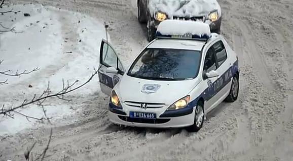 Policijski automobil pokušava da se probije kroz sneg, ali nema zimske gume