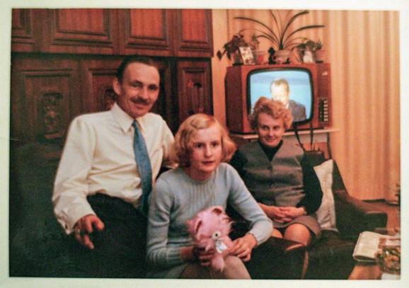 """Danijela Valter s porodicom: Prema rečima istoričara Andreasa Apelta, """"između 1964. i 1989. Zapadnoj Nemačkoj prodato je oko 33.755 političkih zatvorenika"""