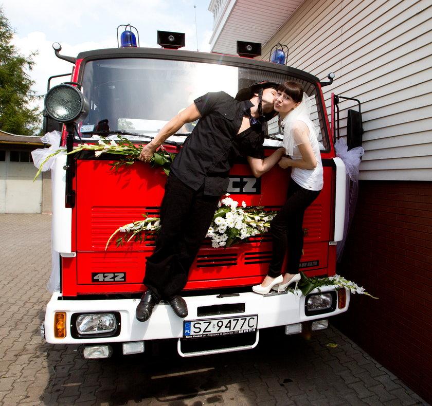 Wozem strażackim do ślubu
