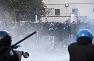 W Neapolu starcia policji z przeciwnikami antyimigracyjnej Ligi Północnej