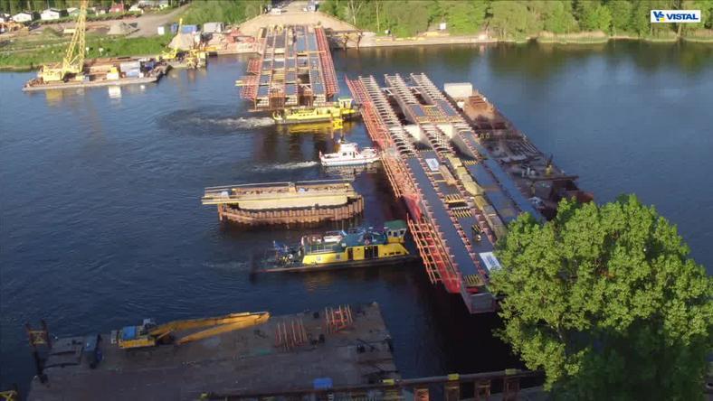 Nowe stalowe przęsła mostu przypłynęły do Szczecina z Gdyni