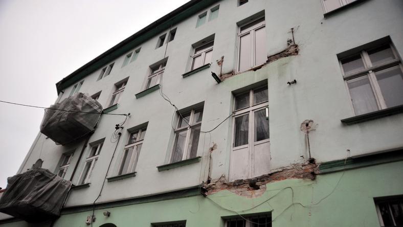 Dwa balkony zarwały się w poniemieckim budynku w szczecińskim Dąbiu