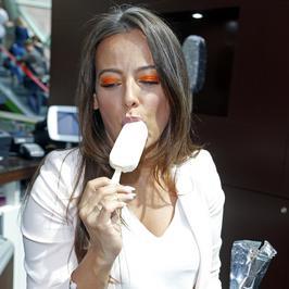 Zobacz, jak Anna Mucha je lody. Co za nogi!