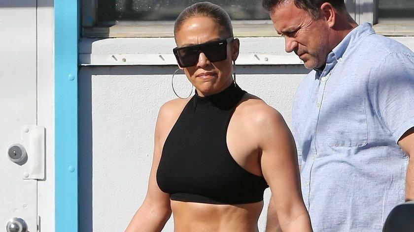 Jennifer Lopez pręży swój brzuch po wyjściu z siłowni. Co za figura!